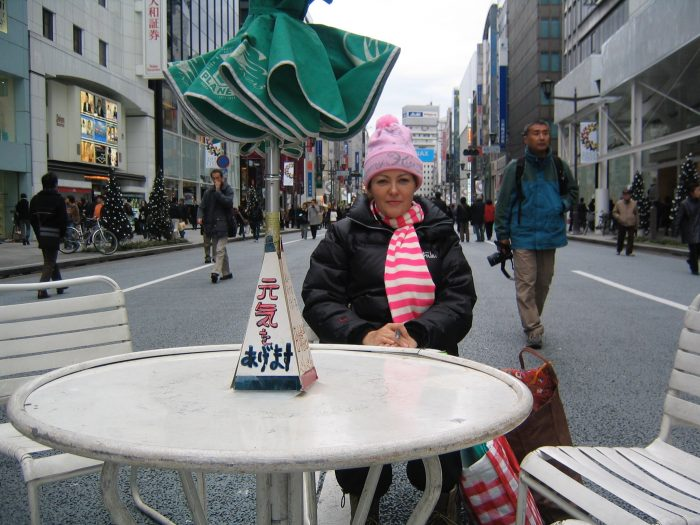 Rain or shine, Judit sat in Ginza's hokoten on Saturdays and Sundays, waiting for her clients to arrive.
