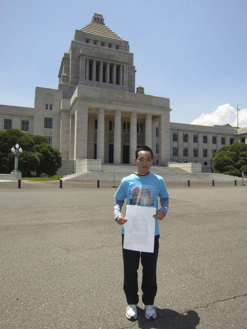 Artist Kengo Nawashiro in front of the Japanese Diet building (Kokkaigijido) in Tokyo, photo by Judit Kawaguchi