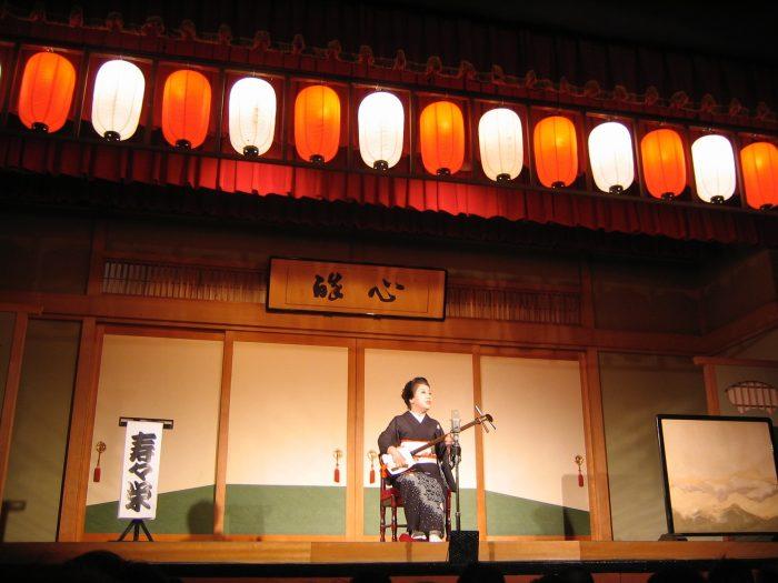 Funny folk singer , storyteller Suzue Akashi on stage at Suehirotei in Tokyo's Shinjuku district. Photo by Judit Kawaguchi