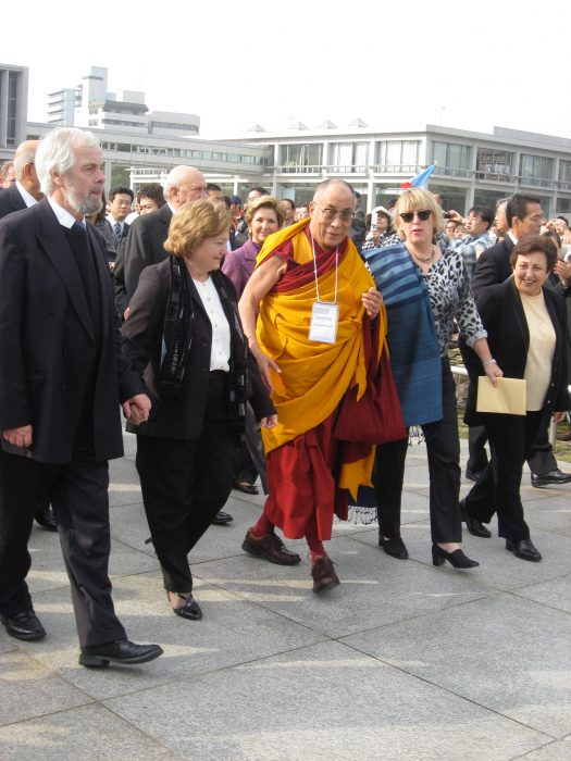 Peace line in Hiroshima in 2010. From left to right: Jackie Maguire, Máiread Corrigan-Maguire, His Holiness the 14th Dalai Lama, Jody Williams, Shirin Ebadi ( photo by Judit Kawaguchi)